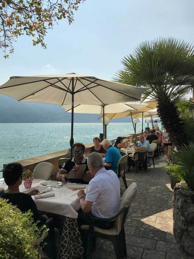 A Lovere sul Lago d'Iseo si può mangiare bene in una terrazza affacciata sul Lago d'Iseo
