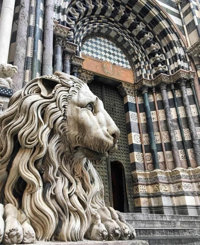 Una cosa assolutamente da fotografare a Genova? La facciata della Cattedrale di San Lorenzo, con i caratteristici leoni scolpiti.