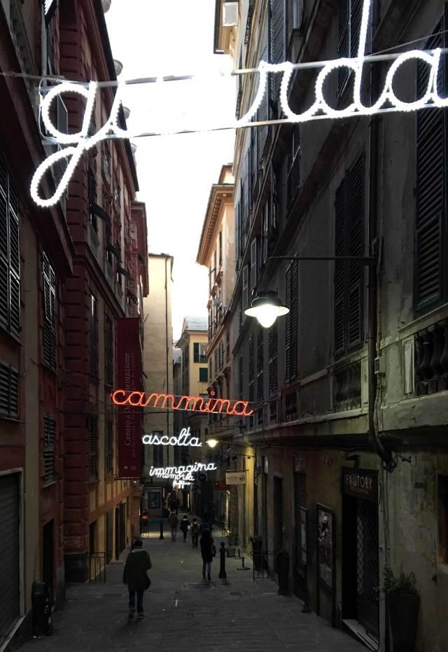 Uno delle vie nascoste che piacciono di più a Genova: via ai Quattro canti di San Francesco e le sue luminarie