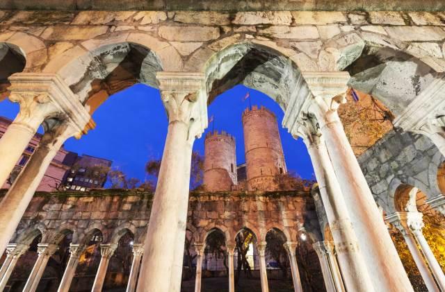 La possente Porta Soprana, resto delle mura medievali, è uno dei 20 luoghi da vedere e fotografare a Genova