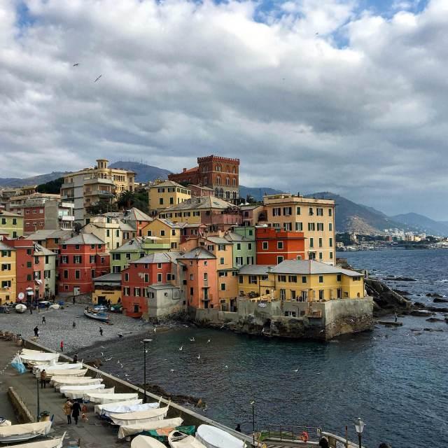 Per chi viene a Genova, Boccadasse è imperdibile: con le case colorate sul mare una foto da ricordare è assicurata!