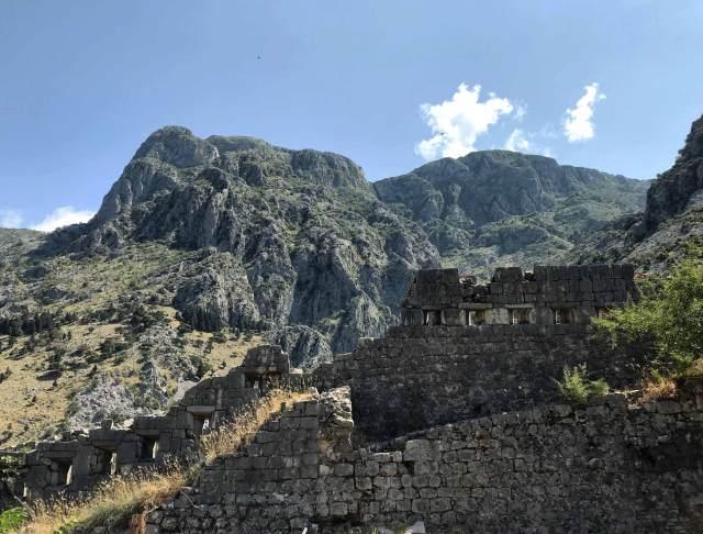 Salire sulle fortificazioni veneziane è un'esperienza da fare quando si va a visitare Kotor