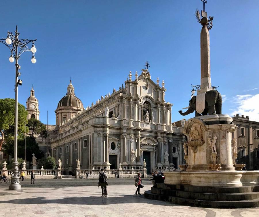 Cosa vedere a Catania? Si parte dalla bellissima Piazza del Duomo