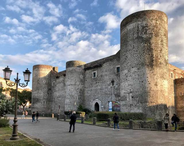 A Catania cosa vedere? Il Castello Ursino con i suoi possenti torrioni