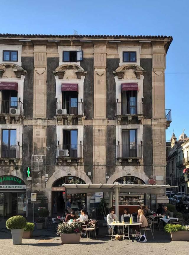 Cosa vedere a Catania? Si parte da Piazza del Duomo, il cuore della città