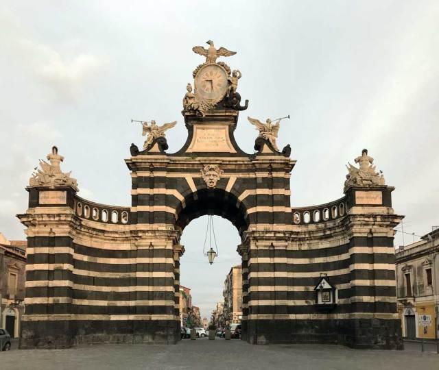 Porta Garibaldi è un monumentale arco borbonico che chiude Via Garibaldi a Catania