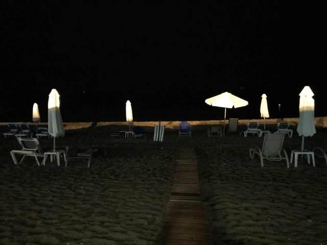 Al ristorante Porto Latchi a Cipro si può cenare praticamente in riva al mare