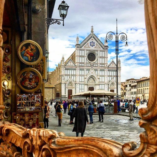 Cosa fotografare a Firenze? Di sicuro la chiesa di Santa Croce, dalla facciata in marmo elegante è lo sfondo perfetto per bellissimi scatti.
