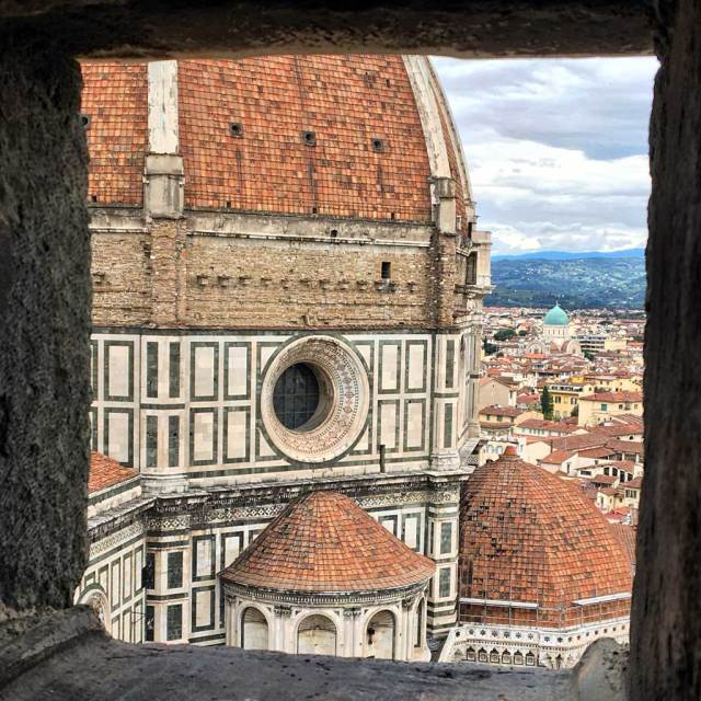 Una cosa assolutamente da fotografare a Firenze? La vista dalla Cupola del Brunelleschi che domina piazza del Duomo, il campanile di Giotto e i tetti della città