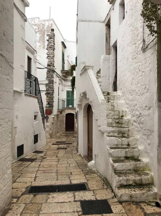 Il centro storico di Cisternino è un intrico di bellissimi vicoli bianchi