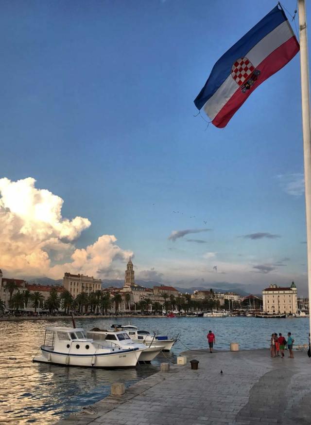 Fiancheggiando il porto si può ottenere una foto eccezionale di Spalato con le barche e il campanile sullo sfondo
