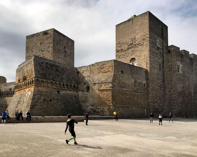 Cosa vedere a Bari? Di certo il Castello Svevo che ti fa tornare al medioevo