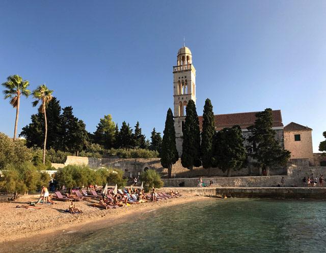 L'isola di Hvar è conosciuta per le sue spiagge, tra le più belle della Croazia