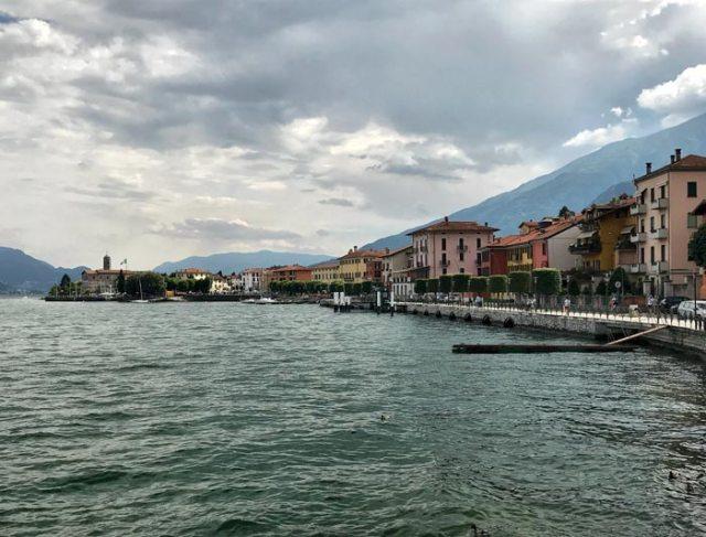 Il colorato lungolago di Como è uno dei posti più belli dell'Alto Lago di Como