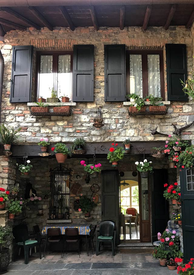 Menaggio conserva nella parte alta case ricche di verde e fiori