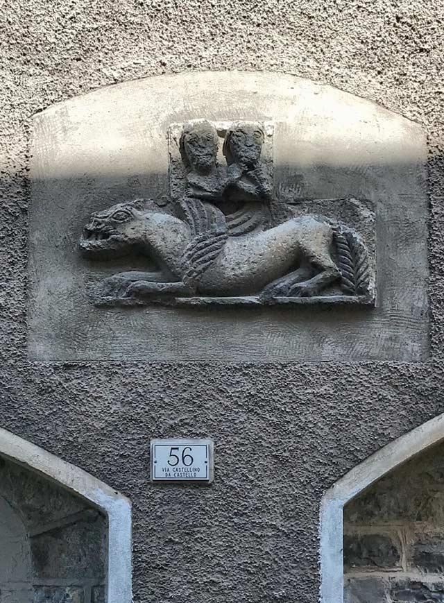 Il centro storico di Menaggio in collina conserva case con insegne e resti medievali nelle facciate
