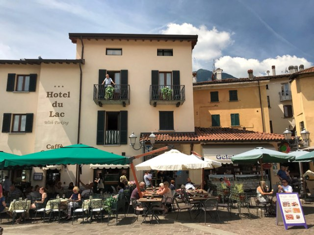Piazza Garibaldi è il cuore di Menaggio sul Lago di Como, con i tavolini all'aperto pieni di turisti
