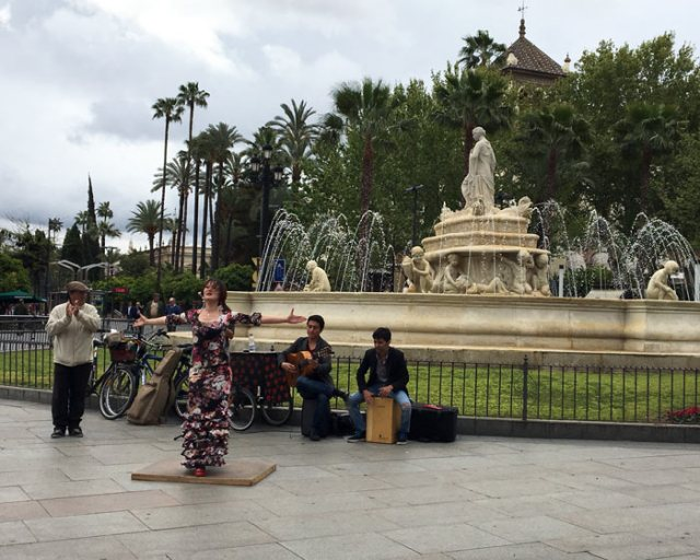 A Siviglia si può vedere ballare il flamenco per strada in Purta de Jerez