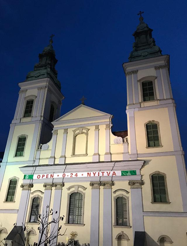 Sul lungodanubio di Budapest svetta la Chiesa parrocchiale del Centro-Città