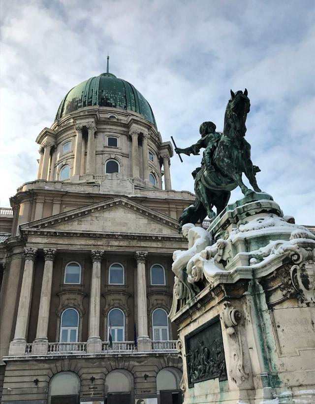 Cosa vedere a Budapest? Di certo il Palazzo Reale coi suoi musei e i giardini