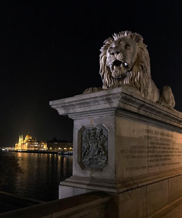 Budapest è una città magica e di notte esprime tutto il suo fascino