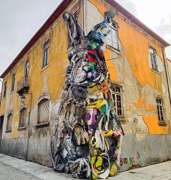 Half Rabbit di Bordalo II è il capolavoro della street art di Porto in Portogallo.