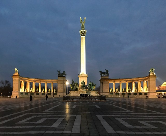Piazza degli Eroi con il Monumento al Millennio è una delle piazze più belle di Budapest