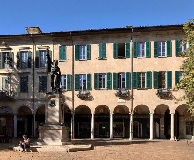 Piazza del Podestà col monumento al Garibaldino si trova nel centro di Varese