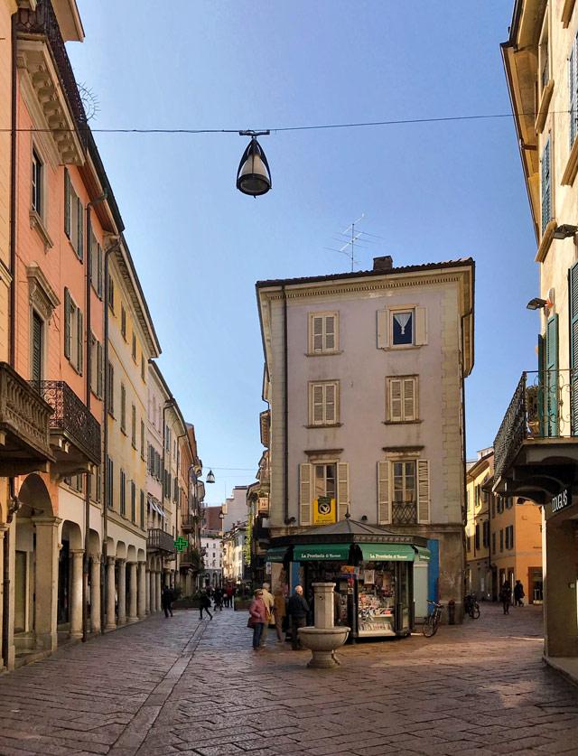 Corso Matteotti è il fulcro di Varese Centro: un bellissimo viale costeggiato da case color pastello
