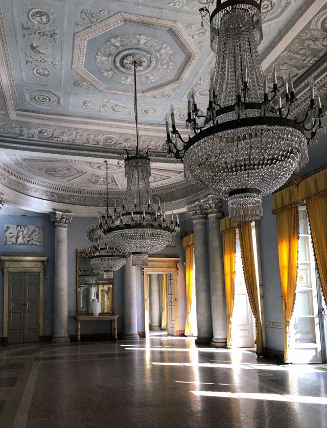 Villa Panza a Varese ha un prezioso Salone Impero ottocentesco con 3 candelabri pendenti