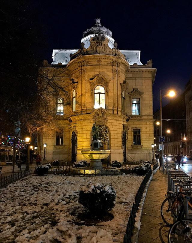 Palazzo Wenckheim è uno dei gioielli di Budapest e ospita la Biblioteca Ervin Szabó
