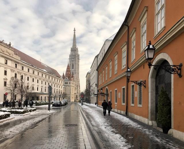 Via dei Signori nella Città Vecchia di Budapest somiglia a Praga