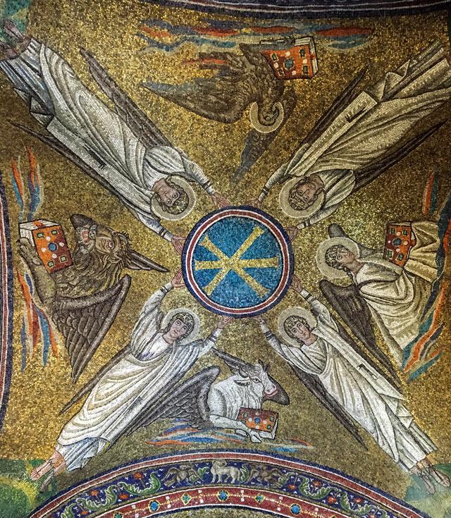 La Cappella Arcivescovile a Ravenna ha mosaici col monogramma di Cristo retto da quattro angeli