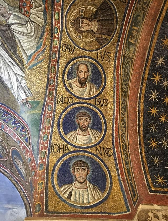 Nella Cappella Arcivescovile di Ravenna Cristo e gli apostoli sono rappresentati in medaglioni sugli archi