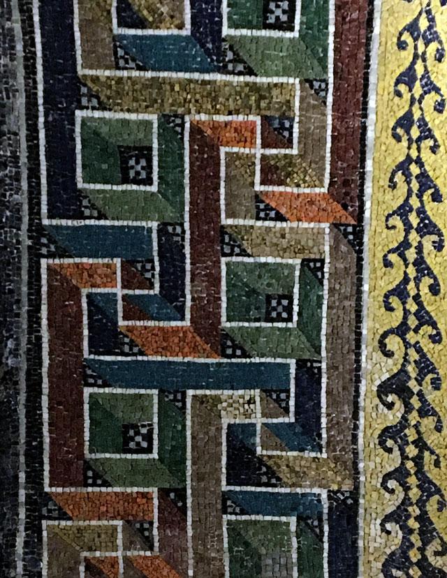 I mosaici del Mausoleo di Galla Placidia a Ravenna hanno decorazioni geometriche tridimensional