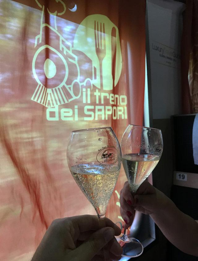 Nel viaggio sul Treno dei Sapori viene offerto un bicchiere di Franciacorta