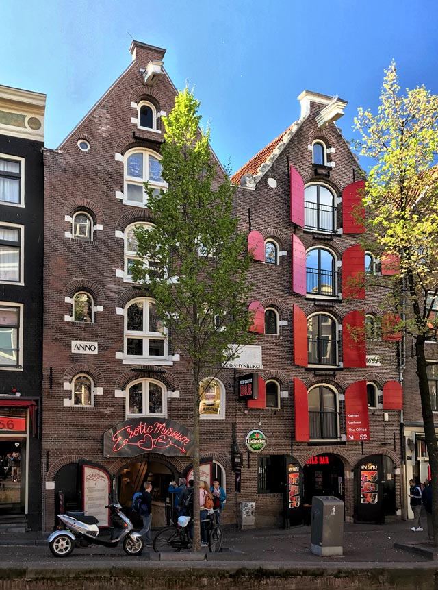 Le case di Amsterdam allungate e in mattoni sono caratteristiche!