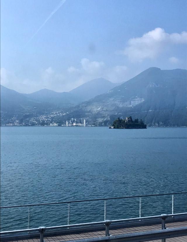 Viaggiando in treno lungo il Lago d'Iseo si hanno panorami fantastici