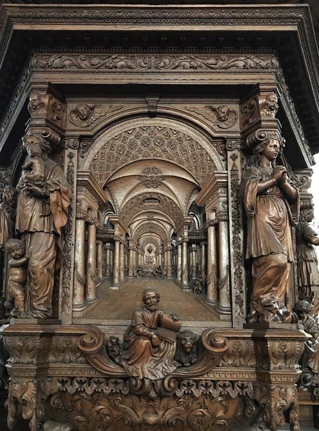 Nella Nieuwe Kerk di Amsterdam spiccano l'organo e il grande pulpito intagliato