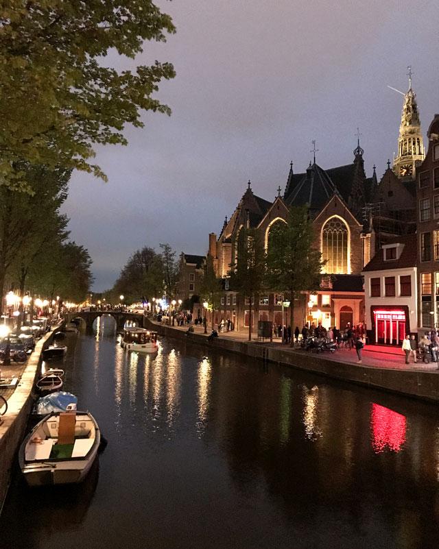Fotografare i monumenti riflessi nei canali è una cosa da fare a Amsterdam di notte