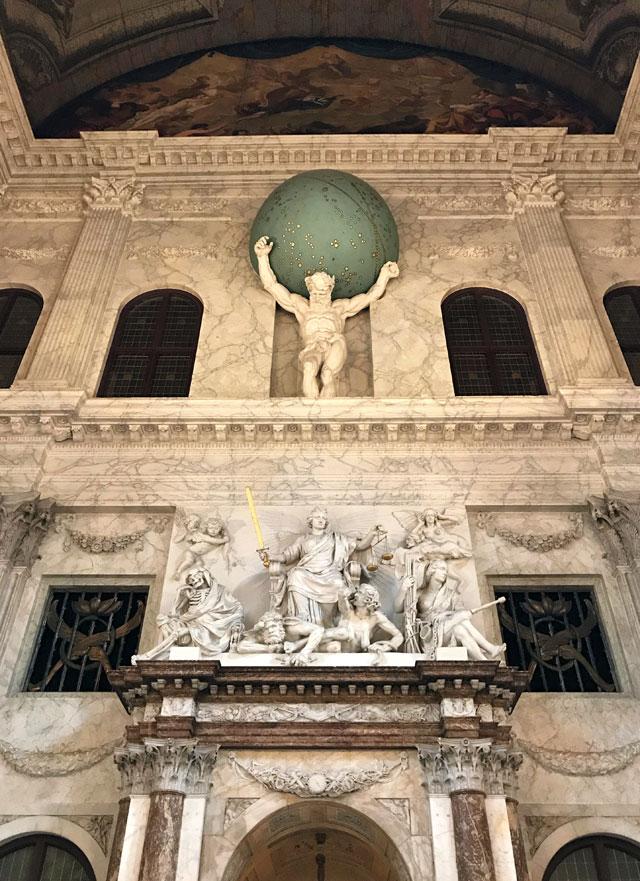 L'Atlante che sorregge il mondo è una scultura del Palazzo Reale di Amsterdam