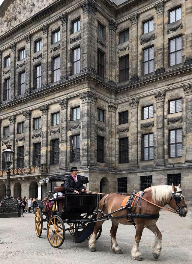 Piazza Dam è da sempre il centro e cuore di Amsterdam