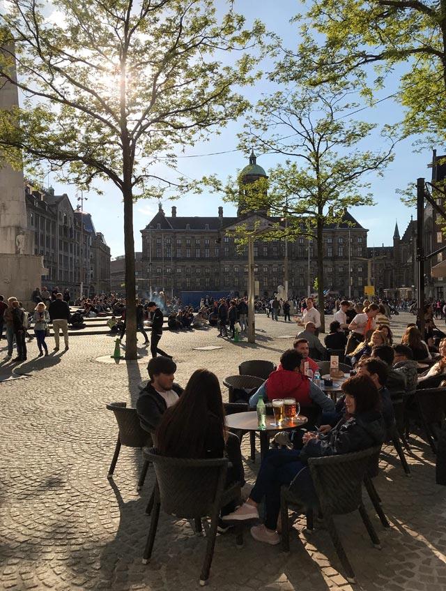 Il centro di Amsterdam è Piazza Dam, dove sorse la diga che ha originato l'abitato
