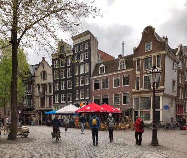 La piazza attorno alla Oude Kerk a Amsterdam è tranquilla e graziosa