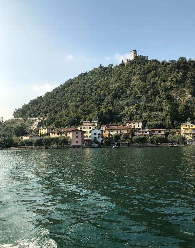 La Rocca Martinengo svetta sulla collina sopra a Sensole a Montisola nel Lago d'Iseo