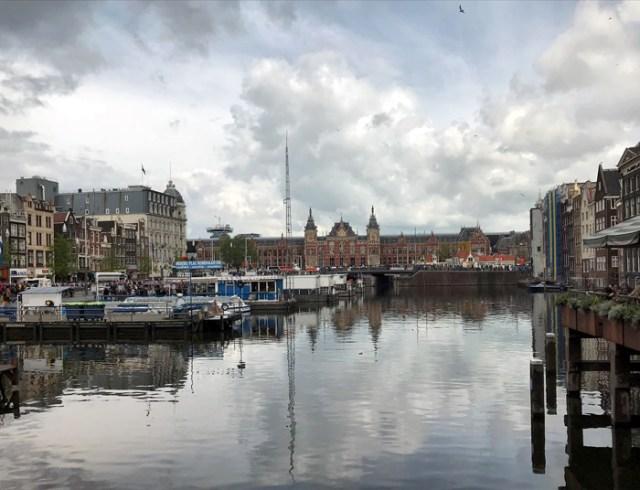 La Stazione Centrale è la porta di ingresso di Amsterdam per milioni di viaggiatori