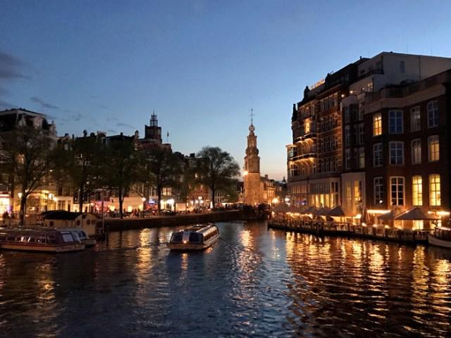 Amsterdam la sera ha un fascino ancora maggiore: perfetto per fare foto!