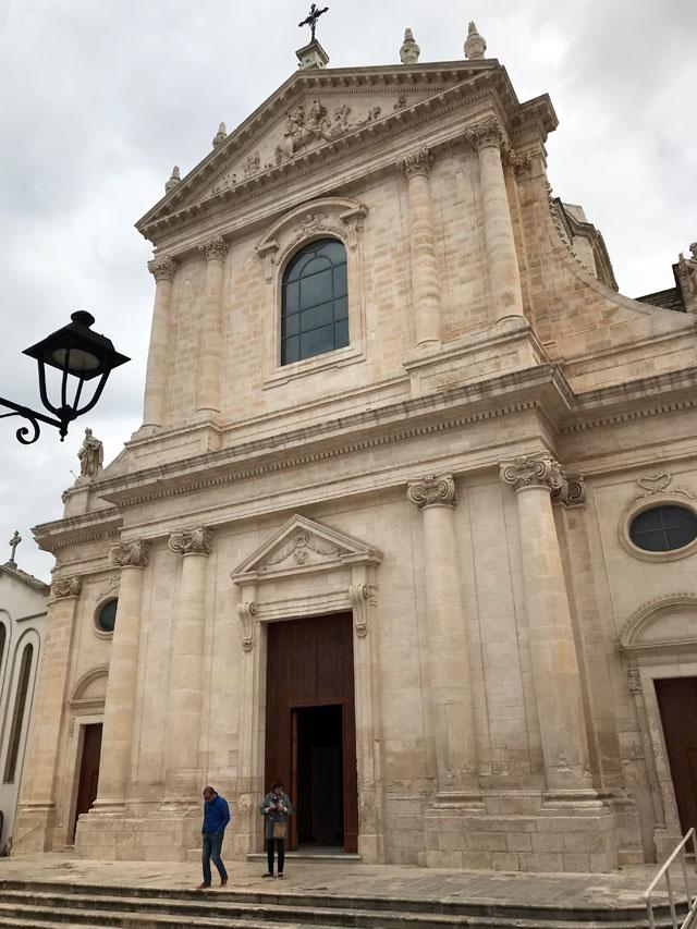 La Chiesa Madre di San Giorgio è splendida e posta al centro di Locorotondo