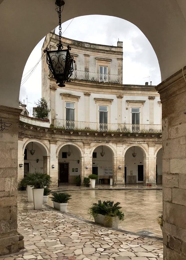 I portici di Piazza Maria Immacolata sono il simbolo del centro di Martina Franca in Puglia