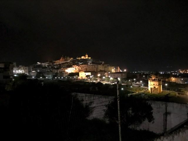 Un magnifico panorama del centro storico di Ostuni si vede da Corso Vittorio Emanuele II